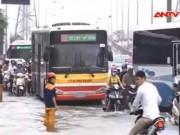 """Video An ninh - Giao thông Hà Nội """"thất thủ"""" sau mưa lớn"""