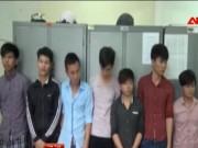 Video An ninh - Đang dọn quán nhậu, 2 thanh niên bị côn đồ chém xối xả