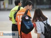 """Bóng đá - Công Phượng """"chạy trốn"""" fan nữ, Văn Toàn được tặng quà"""