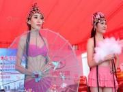 Bạn trẻ - Cuộc sống - Gái xinh mặc bikini trình diễn tại triển lãm xe
