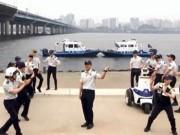 Bạn trẻ - Cuộc sống - Clip: Phát sốt với cảnh sát Hàn Quốc nhảy Running Man