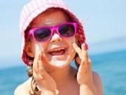 Sức khỏe đời sống - Cho con đeo kính râm mùa hè coi chừng hỏng mắt
