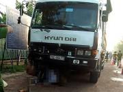 Tin tức trong ngày - Bị xe tải kéo lê 600 m, người chở chôm chôm tử vong