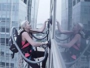 Bạn trẻ - Cuộc sống - Clip: Cô gái leo tòa nhà cao tầng bằng máy hút bụi
