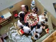 Bạn trẻ - Cuộc sống - Bi hài đám cưới chìm trong mưa lũ của cặp đôi TQ