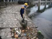 Tin tức trong ngày - Hà Nội: Cá chết trắng hồ Hoàng Cầu, vớt mãi không hết