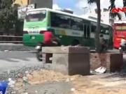 Video An ninh - Nâng đường chống ngập, nhà dân biến thành... hầm