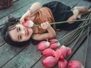 """Bạn trẻ - Cuộc sống - Bé gái 4 tuổi """"gây sốt"""" dân mạng với bộ ảnh hoa sen"""