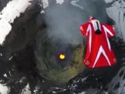 """Phi thường - kỳ quặc - Video: Nữ """"người chim"""" bay qua núi lửa đang hoạt động"""