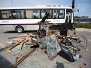 Tin tức trong ngày - Đi ngược chiều, xe máy, xe ba gác bị ô tô đâm nát vụn