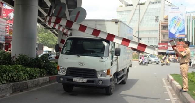 """Xe tải húc đổ thanh chắn, đường vào Tân Sơn Nhất """"tê liệt"""" - 1"""