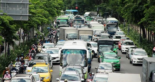 """Xe tải húc đổ thanh chắn, đường vào Tân Sơn Nhất """"tê liệt"""" - 2"""