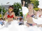 """Bạn trẻ - Cuộc sống - Gái xinh TQ mặc bikini """"quậy tung"""" lễ hội xà phòng"""