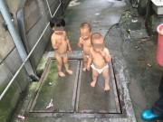 Bạn trẻ - Cuộc sống - Bé gái 2 tuổi trần truồng dắt 2 em sinh đôi bỏ trốn