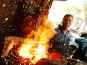 Tin tức trong ngày - Thợ rèn bên lò lửa rừng rực 1000 độ C giữa nắng nóng HN