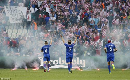 Nghi án CĐV Croatia ném pháo, cố ý muốn đội nhà bị loại - 5