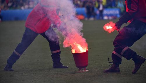 Nghi án CĐV Croatia ném pháo, cố ý muốn đội nhà bị loại - 6
