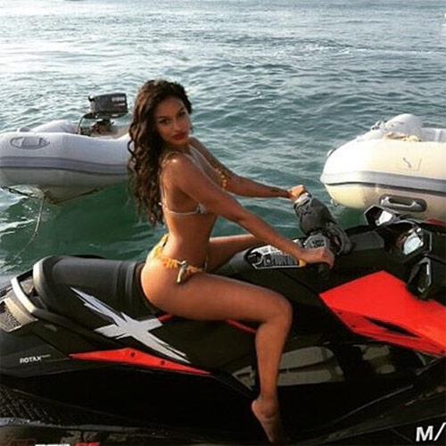 Bồ cũ Balotelli khoe dáng nóng bỏng với bikini bé xíu - 8