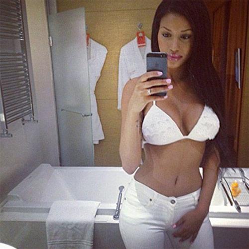 Bồ cũ Balotelli khoe dáng nóng bỏng với bikini bé xíu - 9