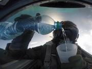 Thế giới - Video: Phi công uống nước khi lái chiến đấu cơ lộn ngược