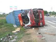 Tin tức trong ngày - Xe tải và xe container đối đầu, 2 tài xế chết tại chỗ