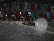 Tin tức trong ngày - Mưa 30 phút, nước cuốn trôi hàng chục xe máy trên phố