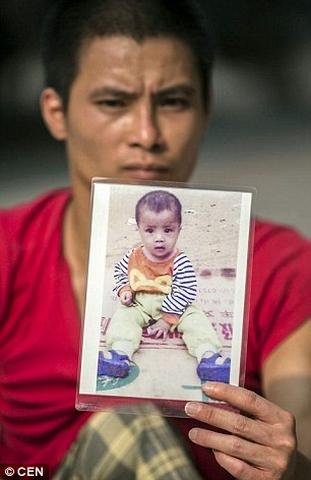 TQ: Cha tàn tật bò khắp nơi tìm con trai bị bắt cóc - 3