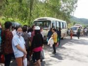 Tin tức trong ngày - Dân chặn xe đưa đón công nhân, ép ở trọ