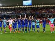 """Bóng đá - Ảnh đẹp Euro 22/6: Khi """"nhà vua"""" phải quỳ gối"""