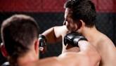 """Khi võ sĩ UFC nổi điên: Hôn gió bị tát """"méo mặt"""""""
