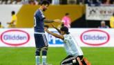 Fan cuồng vái lạy Messi như thánh sống trên sân