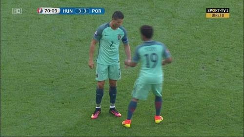 """Mảnh giấy bí ẩn từ HLV sau """"cơn điên"""" của Ronaldo - 2"""