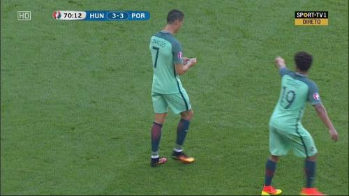 """Mảnh giấy bí ẩn từ HLV sau """"cơn điên"""" của Ronaldo - 3"""