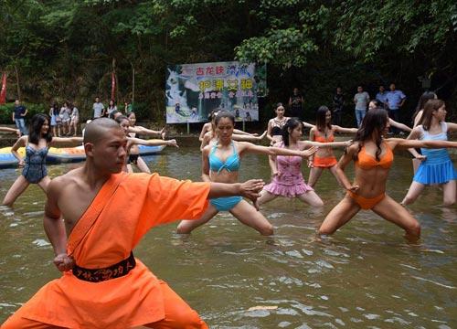 Sửng sốt: 30 người đẹp mặc bikini đánh võ Thiếu Lâm
