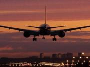 Tin tức trong ngày - Máy bay liên tục bị chiếu laser: Nguy hiểm rình rập