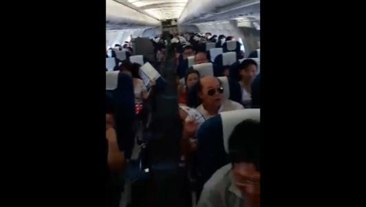 """Máy bay hỏng điều hòa, hành khách """"vật vã"""" quạt tay"""