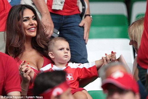 Vợ của cầu thủ Thụy Sĩ gây chú ý vì quá đẹp và sexy - 2