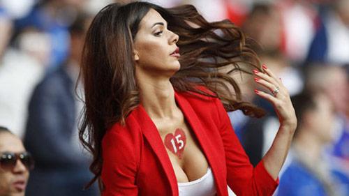 Vợ của cầu thủ Thụy Sĩ gây chú ý vì quá đẹp và sexy - 9
