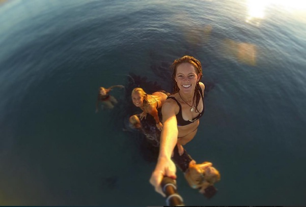 Cô gái xinh đẹp lặn cùng cá sấu khổng lồ dài 5m - 3