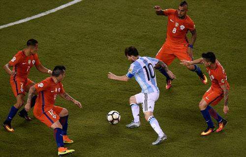 Một mình Messi chống chọi với 4 cầu thủ