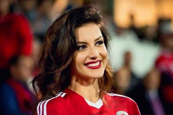 """Nhan sắc của các fan nữ """"hot"""" nhất vòng loại Euro 2016"""