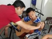 Ca nhạc - MTV - Fan xúc động với hình ảnh con trai Trần Lập học guitars