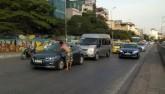"""Ông Tây """"chặn xe"""" ô tô xin lau kính xôn xao Hà Nội"""
