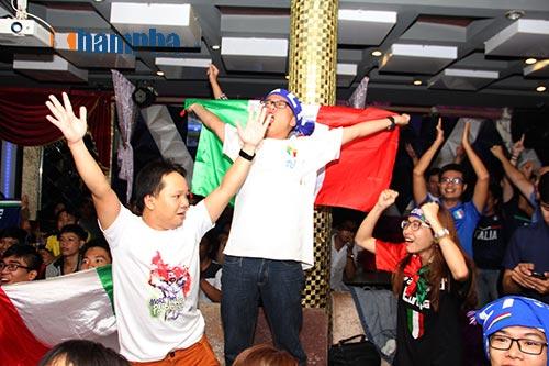 Fan Việt yêu ĐT Ý hét khản giọng, bật khóc vì thắng TBN - 2