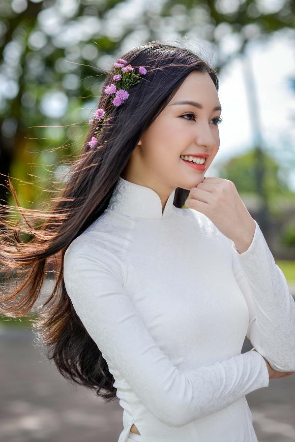 """""""Nàng thơ xứ Huế"""" lại gây sốt khi diện áo dài trắng"""