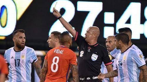 """SỐC: Sau CK Copa America, trọng tài chơi trò """"3 người"""""""