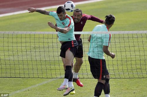 """Trước tứ kết Euro 2016: CR7 chơi tennis """"bằng chân"""""""