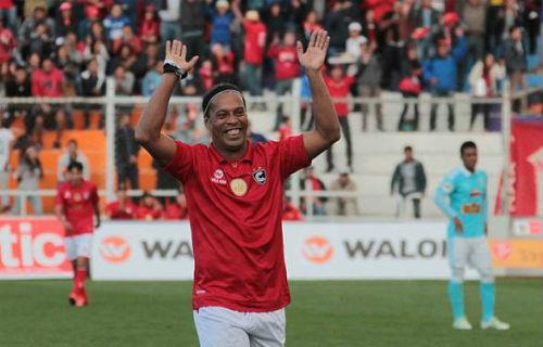 """Ronaldinho kiến tạo không cần nhìn khiến fan """"lác mắt"""""""