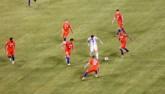 """Sốc với hình ảnh Messi """"một mình cân cả thế giới"""""""
