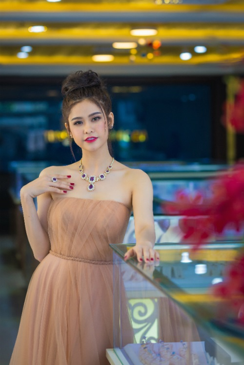 Trương Quỳnh Anh mặc ngày càng gợi cảm, khiến chồng si mê